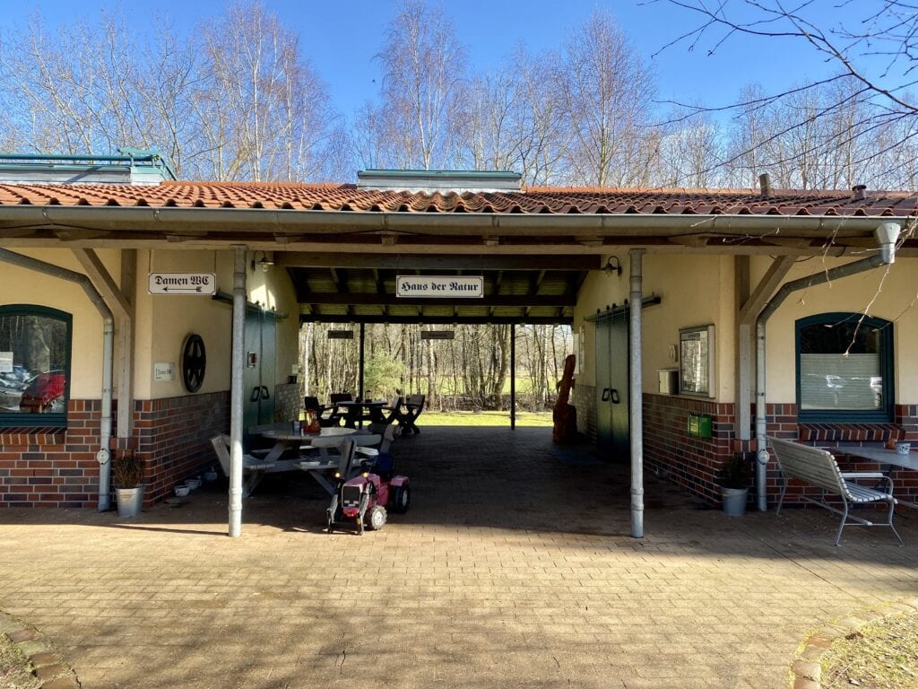 Das Haus der Natur ist gleichzeitig Café und Bahnhof der Moorbahn