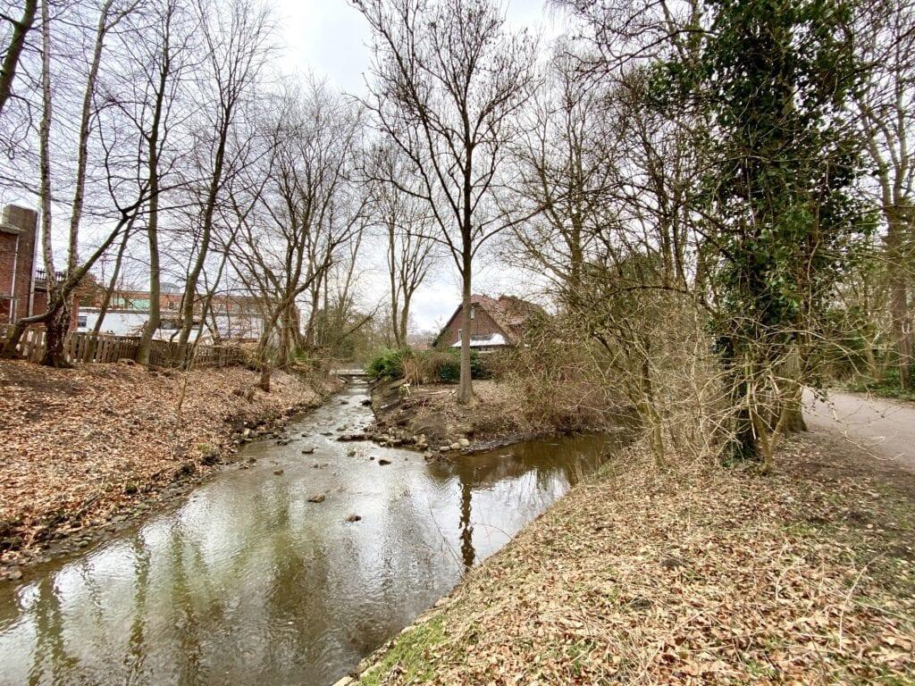 Die (unspektakuläre) Flusshochzeit von Kollau (links) und Tarpenbek (rechts) in Hamburg Lokstedt