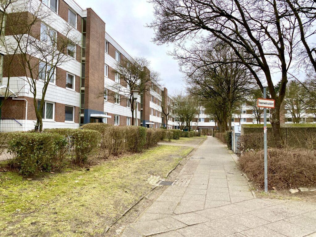In Hamburg-Niendorf: Dort hinten noch durch den Durchgang, dann ist man am Kollauwanderweg