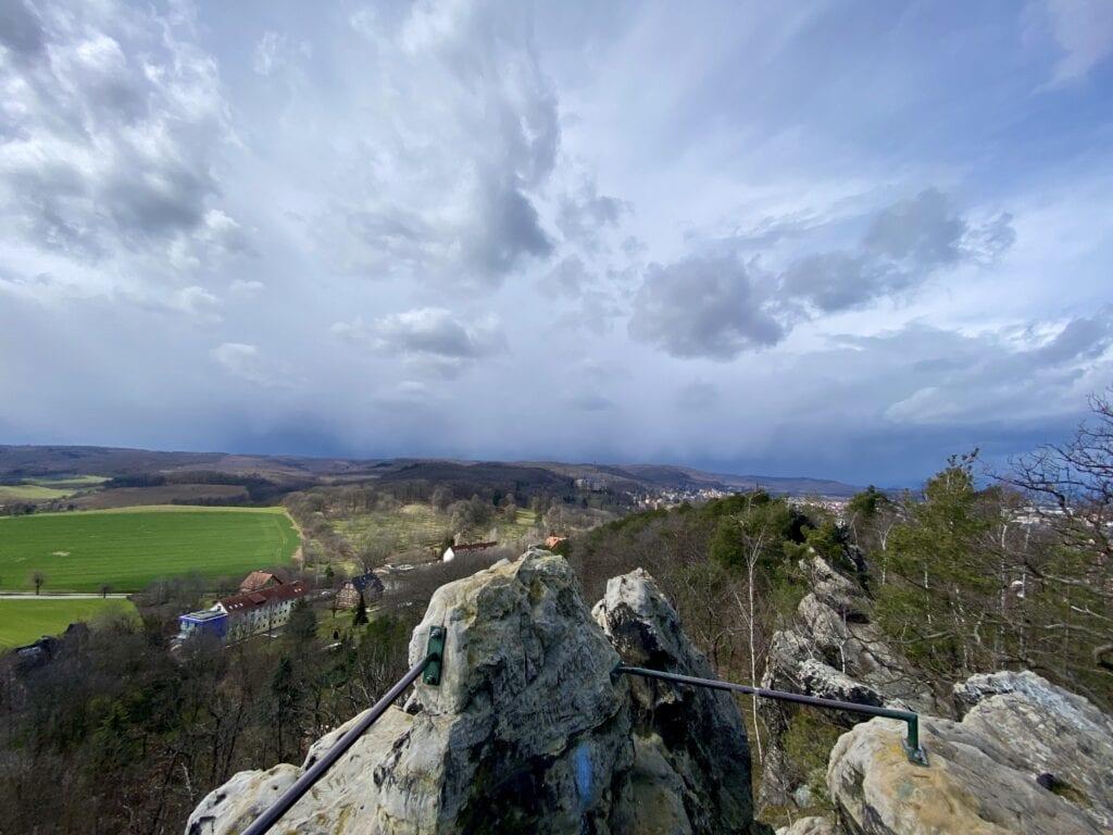 Blick vom Teufelsmauer Kammweg zu den südlich gelegenen Gipfeln des Harzes