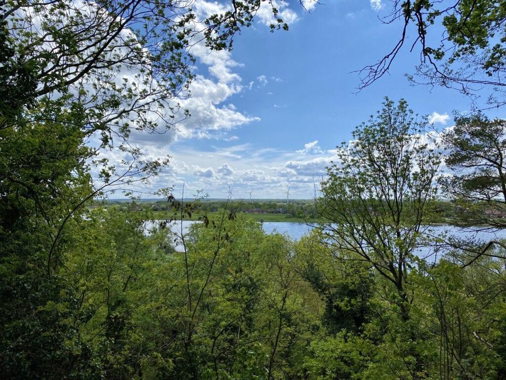 Blick vom Plateau der Ertheneburg über die Elbe hinüber nach Artlenburg