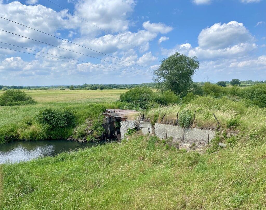 Die klapprige Brücke über den Ashauser Mühlengraben - no risk, no fun!