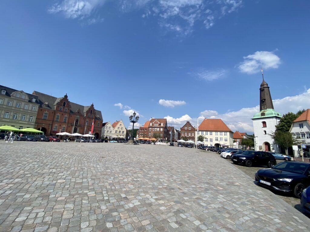 Auf dem Marktplatz von Glückstadt, rechts die Stadtkirche